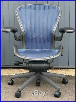 Herman Miller Aeron Bürodrehstuhl Schwarz/Blau mit Mesh
