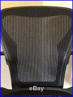 Herman Miller Aeron Side / Guest Chair size B in Classic Graphite / Gray / Black